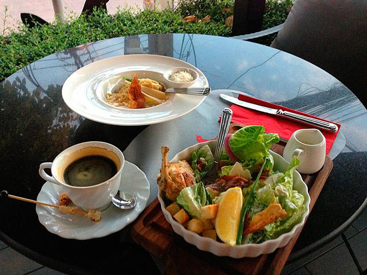 Ресторан La Ferme- Цезарь и карбонара с кофе