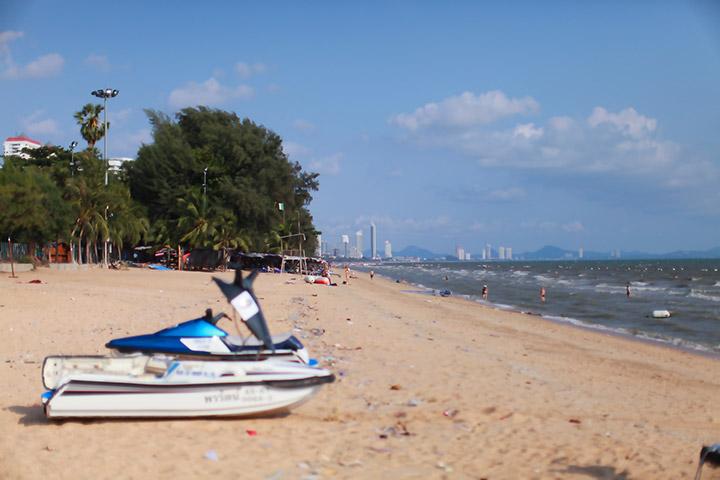 В Паттайе есть такие пляжи - это Донгтан