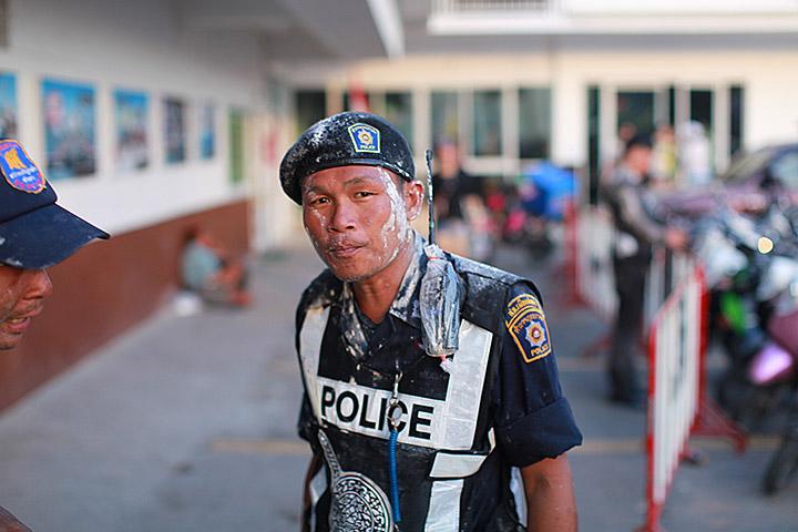 даже полицейским достается в Сонгкран
