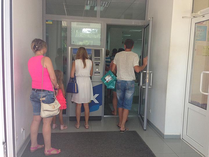 в РНКБ на фрунзе 65 а внутри тоже есть банкоматы - отсюда и очередь