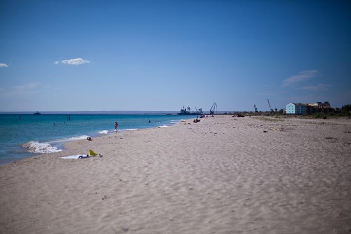 пляж под Евпаторией в Мирном в мае