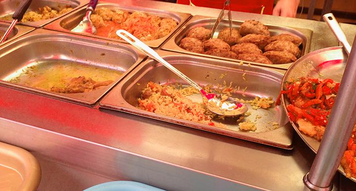 большой выбор блюд в столовой
