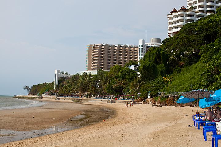 Здесь хорошо видна граница. Где синие зонтики - начало пляжа Кози бич