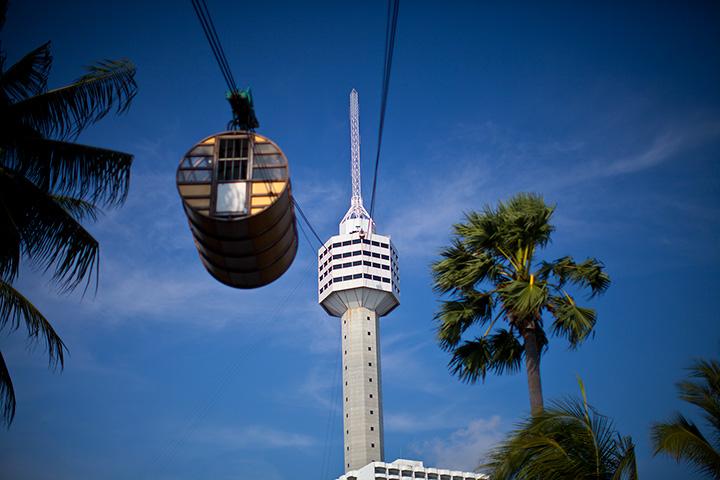 Можно прокатится в вагончике или спустится с башни на веревке