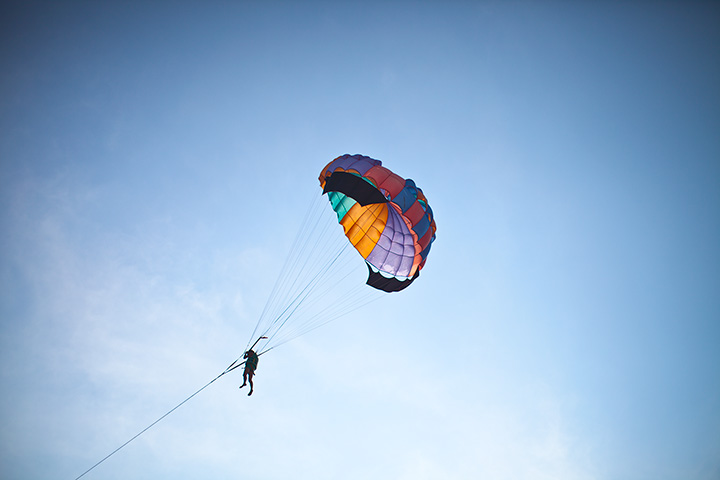 на пляже Донгтан можно полетать на парашюте