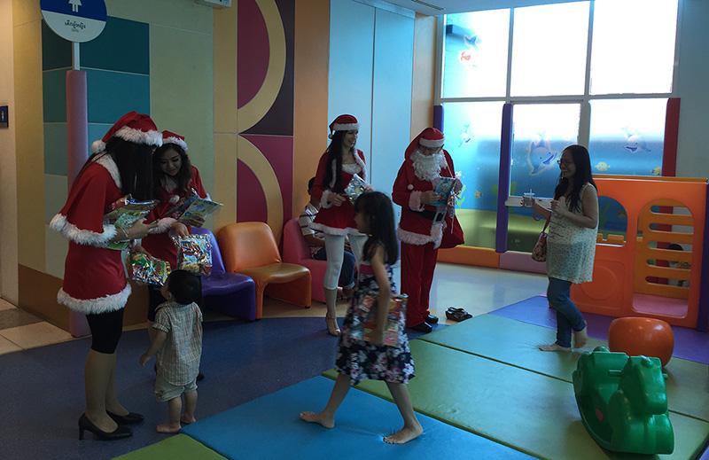 Дед мороз и его снегурочки одарил всех всех детей