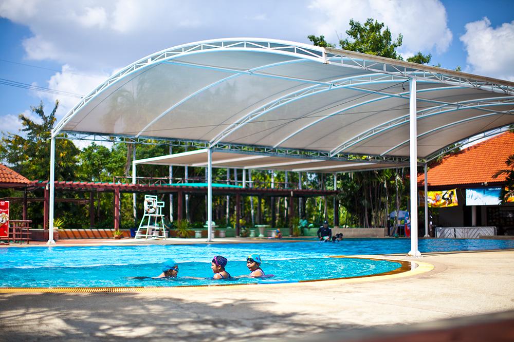 в нем проходят занятия плаванием с детьми. У каждого ребенка инструктор