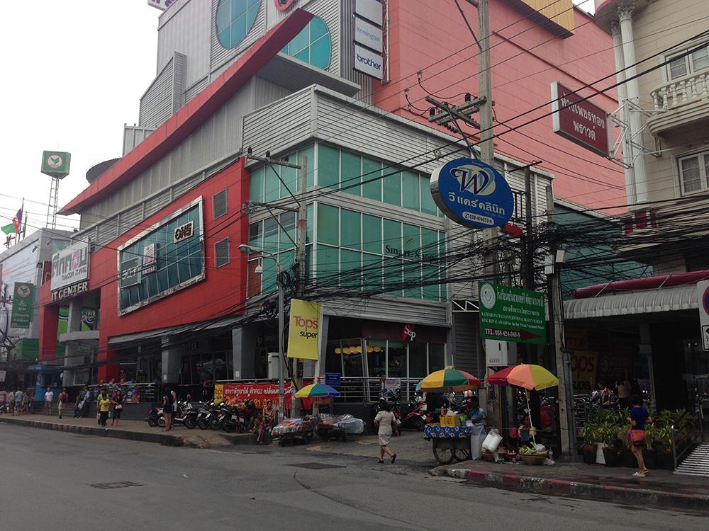 Магазин находится внутри Тук кома на цокольном этаже. На фото вход справа, где вывеска TOPS
