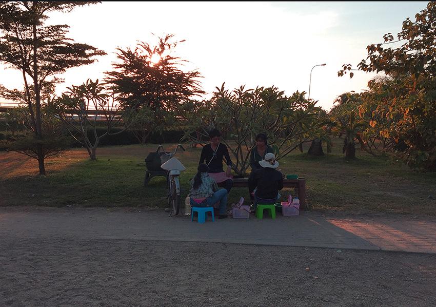 На фото не понятно, но прям в парке на лавочке делают маникюр и педикюр)))