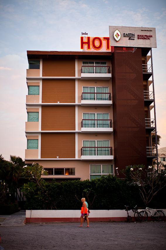 вот так отель выглядит с улицы