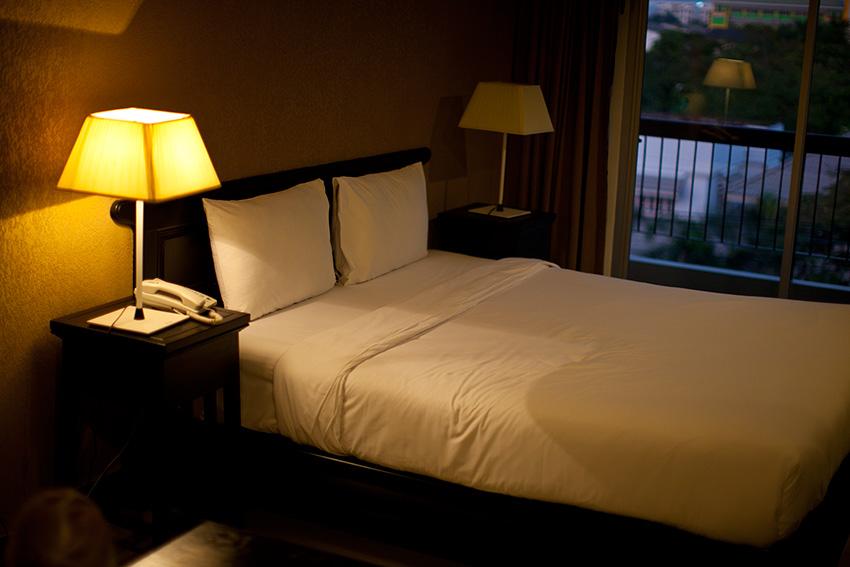 кровать вполне удобная, а подушки жестковаты
