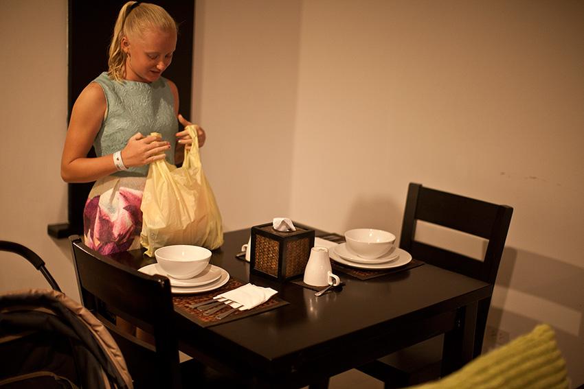 удобный стол для ужина всей семьей