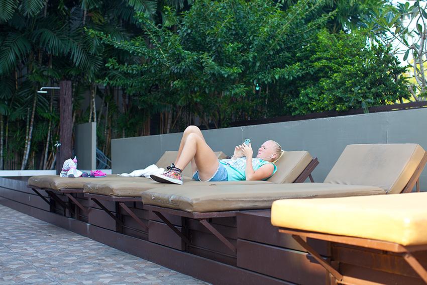 у бассейна комфортные лежаки