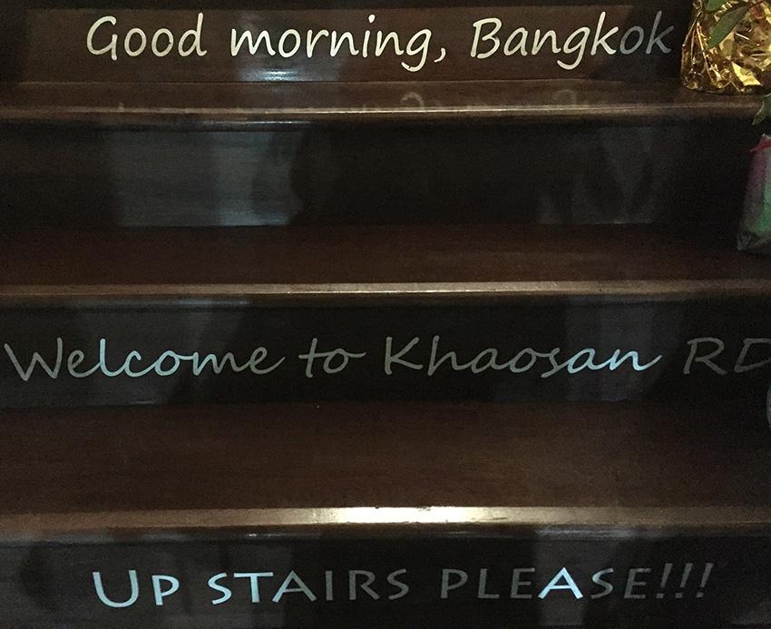Вот такое приветствие на ступеньках кафе