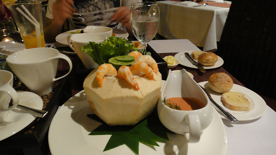 коктейльный салат с креветками в кокосе - это нечто