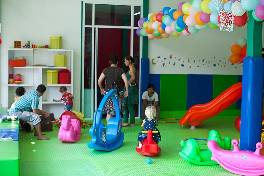 Даша в детской комнате