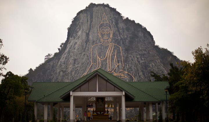 наскальное изображение золотой Будда в Паттайе