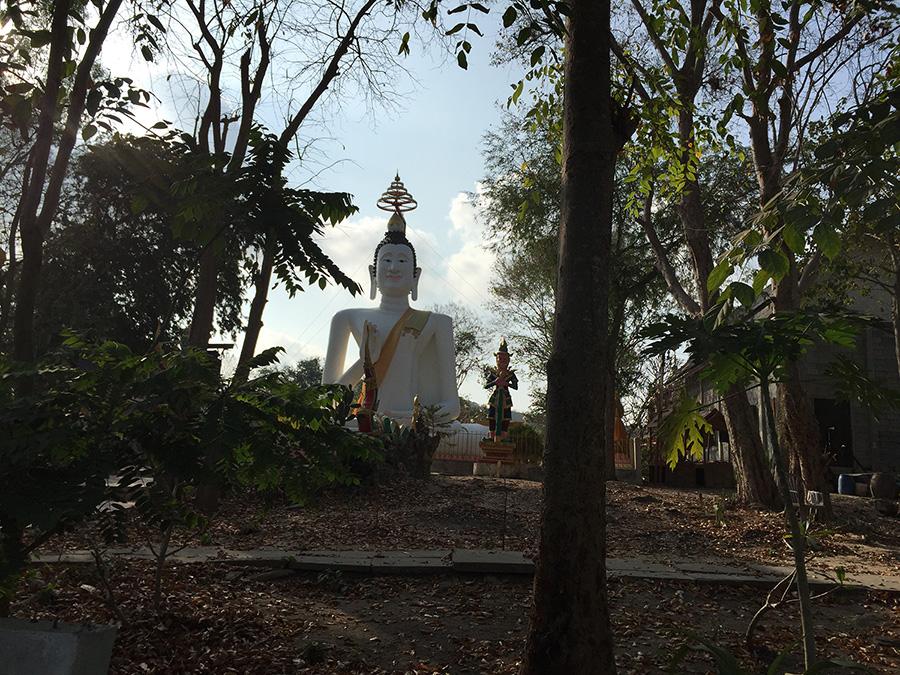 по пути к пирсу проезжаем больго Будду