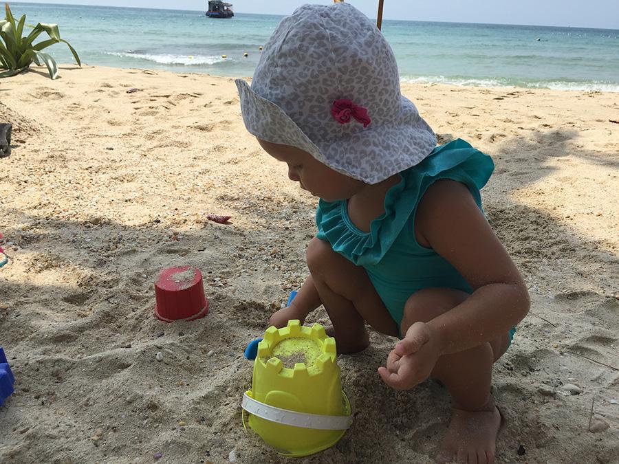 Даша на пляже. Копать обожает