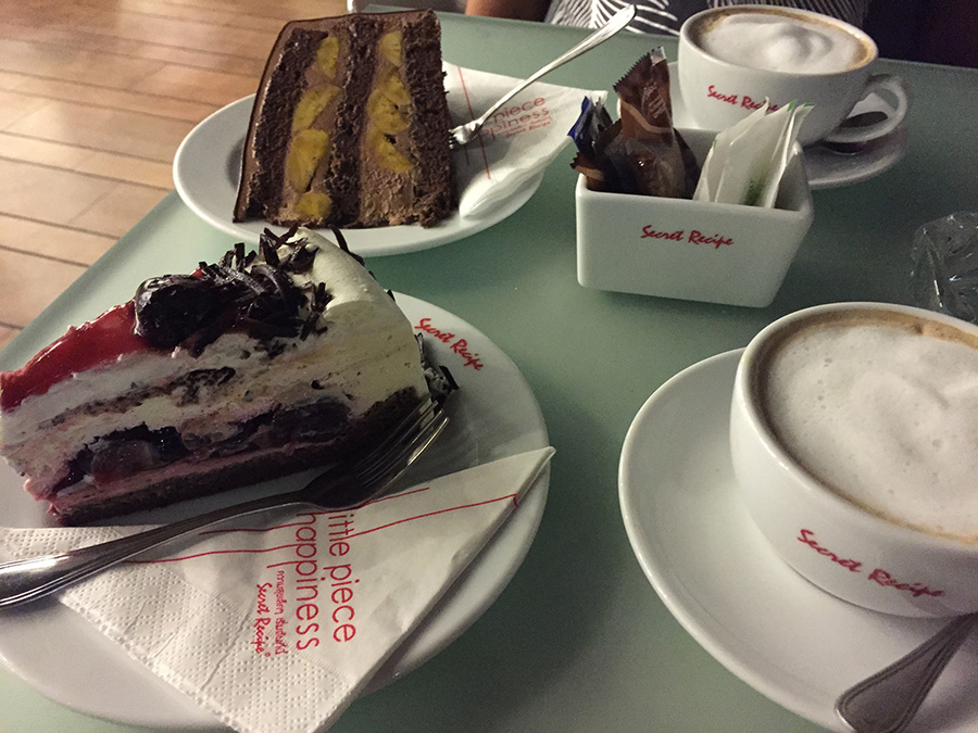 наш выбор - тортик с вишней и шоколадный с бананом