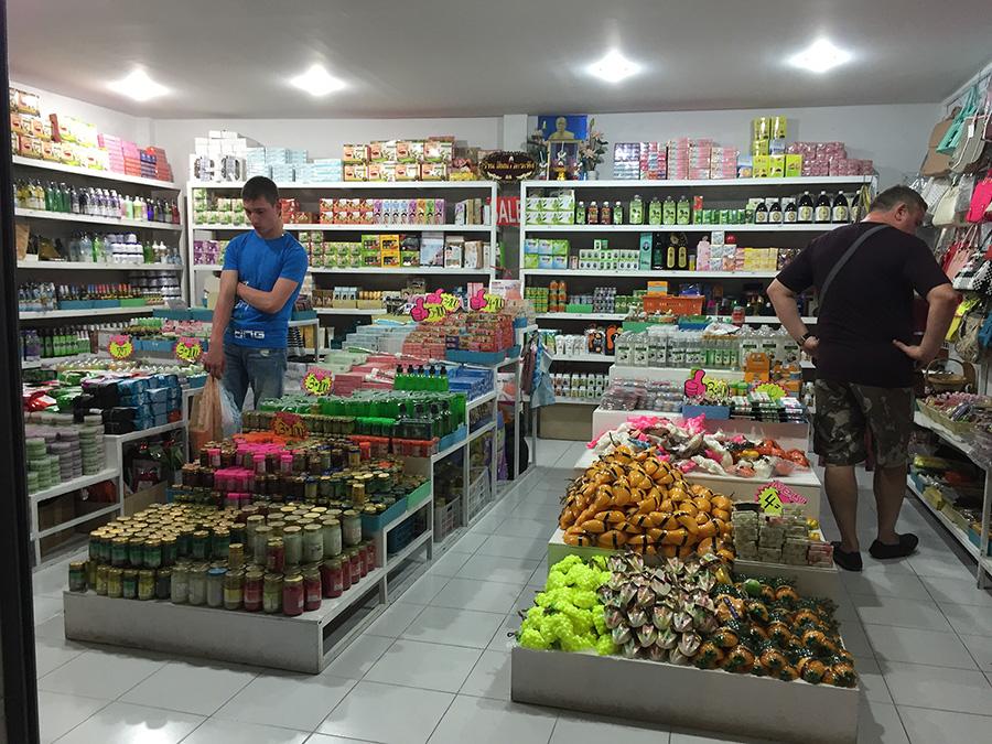 мужчины перед выбором. Что купить в Паттайе? Фото