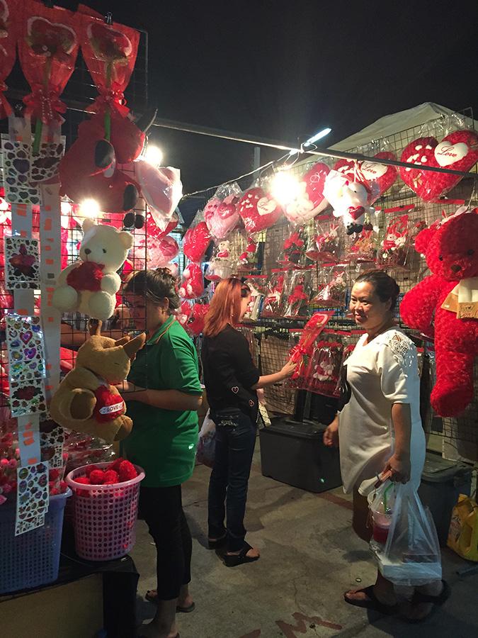 Ночной рынок на Теппразит в Паттайе фото