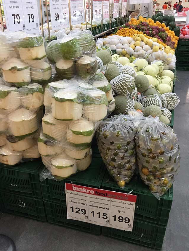 нормальные молодые кокосы в Макро, пригодные для приготовления кокосового масла дома