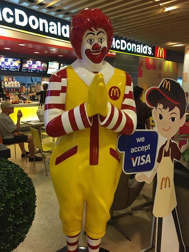 """даже Ронни Макдоналдс в Таиланде приветствует вас сложив ладони в вежливое """"вай"""""""
