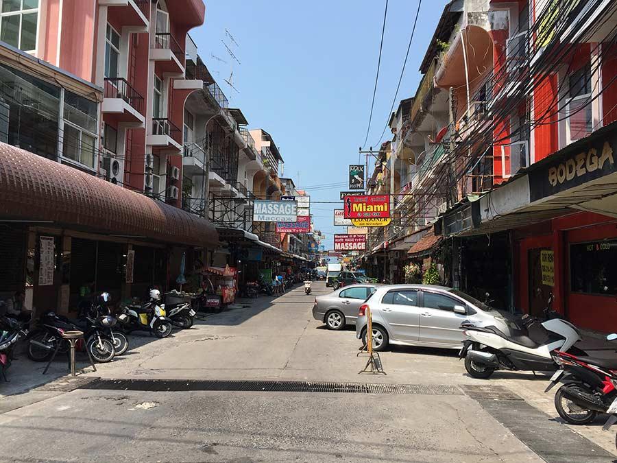 почта Паттайи на этой улице. Фото