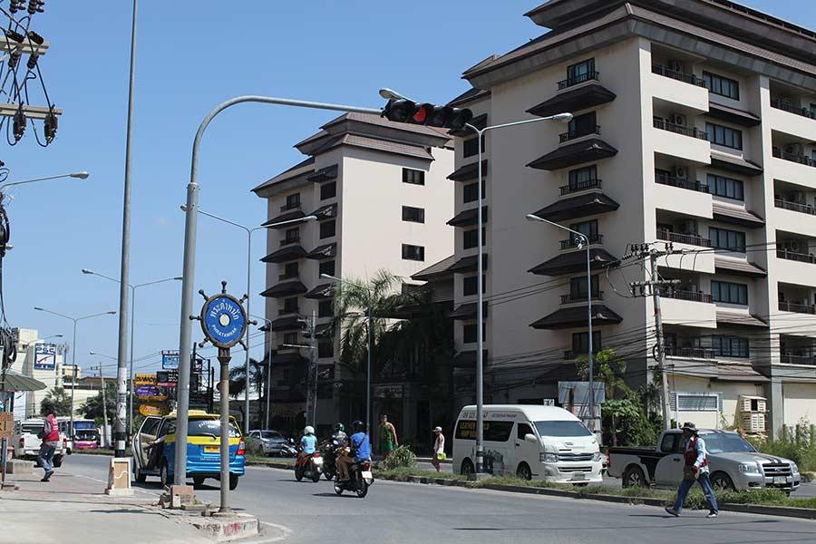 Вот перекресток, на который можно выйти с Пратамнака и словить Тук Тук в сторону центра или в сторону Джомитьена. Два дома - это кондо Нирвана
