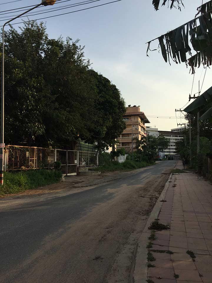 вот по этому переулку вы идете вниз, по правую руку от вас территория отеля Роял Клифф