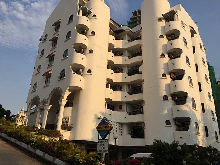 кондо Каза эспана. Даже за 7000 бат можно получить квартиру с бассейном на крыше и в паре шагов от моря