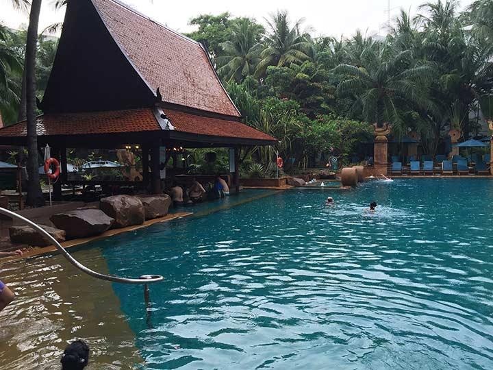 отель Марриот в Паттайе - дождь купанью не помеха