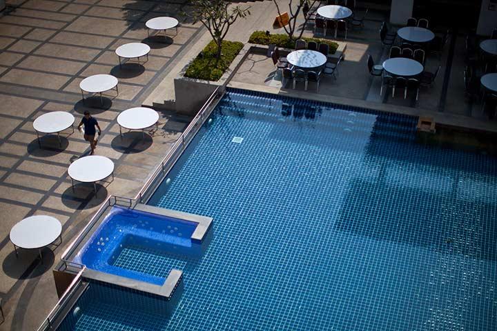Бассейн на 1 этаже в отеле Дювари фото