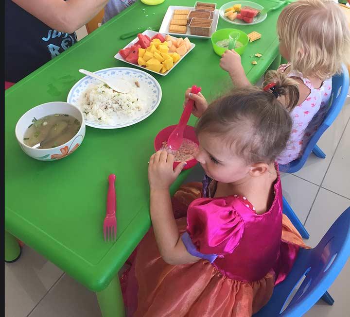 детишки кушают