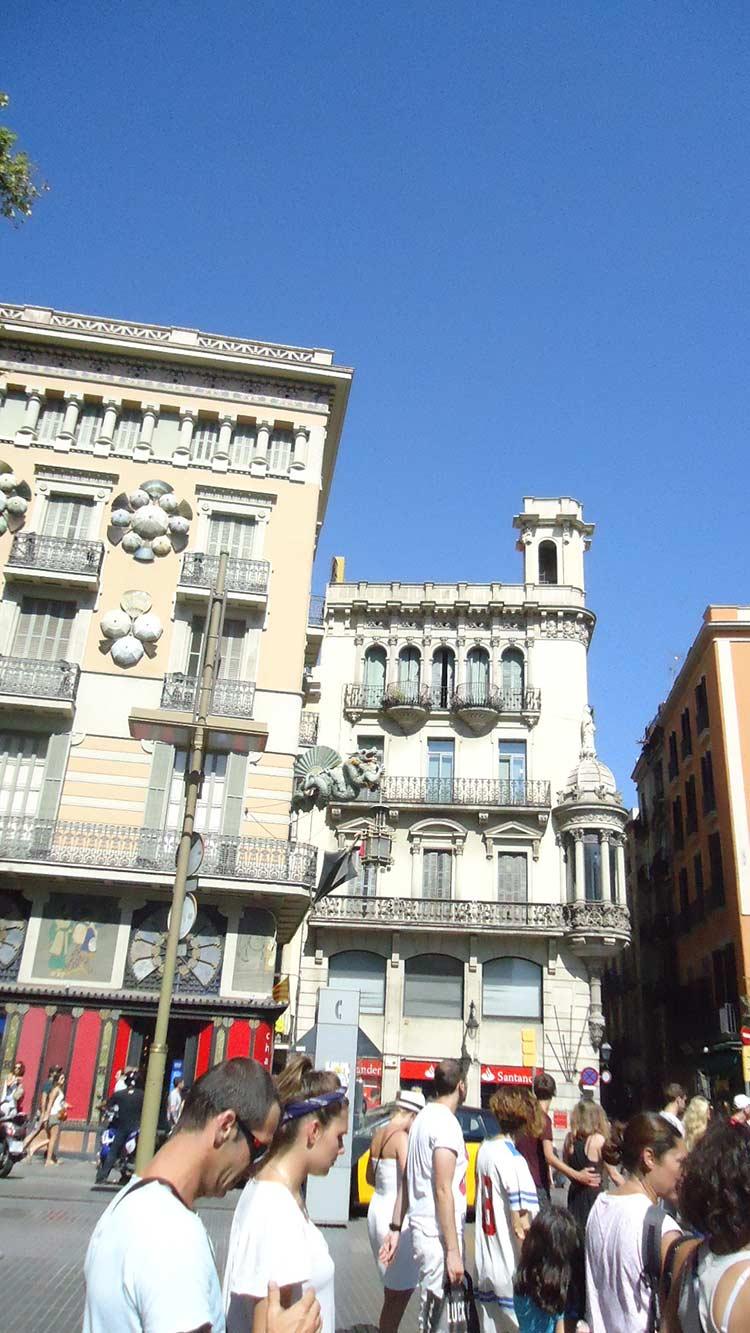 Ла Рамбла (La Rambla) — главная пешеходная улица Барселоны (фото)