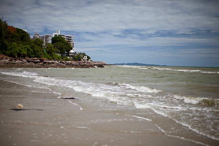 мусор на этом пляже вижу в первый раз