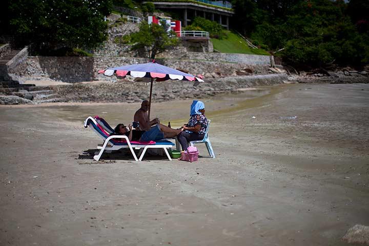 худший вариант на мой взгляд - это делать массаж на пляже. Выброс денег