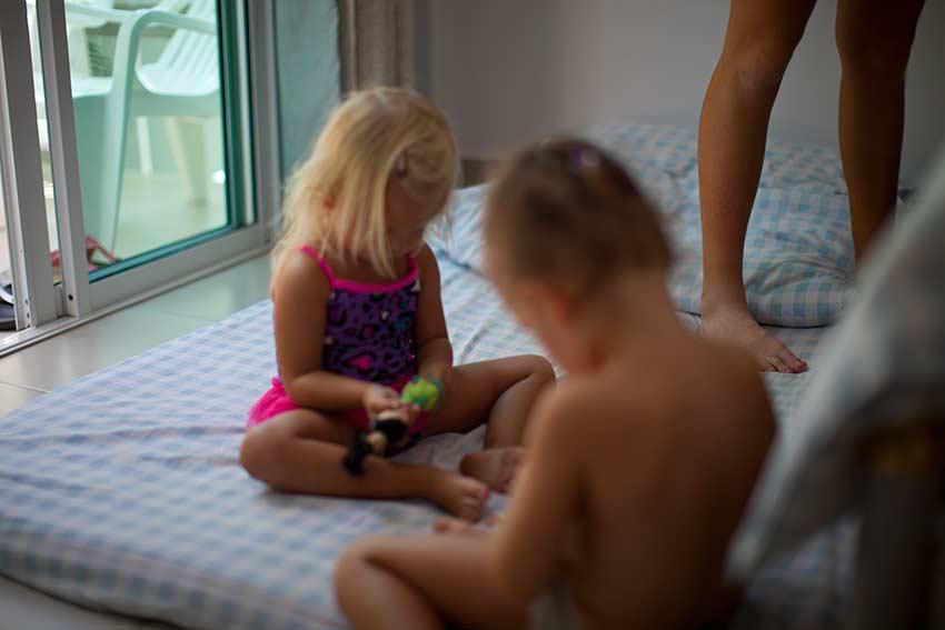 дети сразу сели играть
