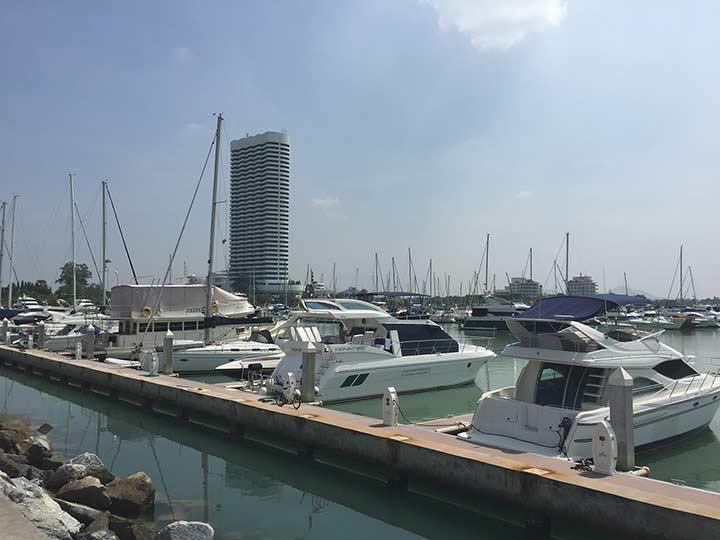 яхты у отеля Марина Яхт клуб