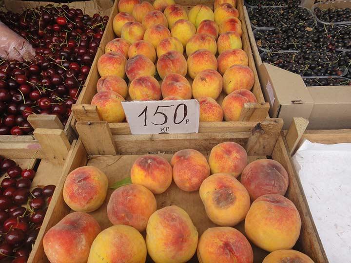 персики красивые, но еще пока дорогие