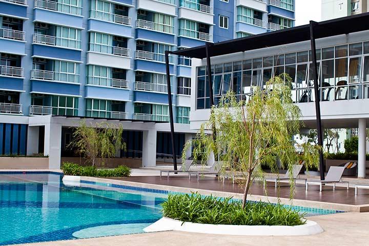 вид на фитнес зал со стороны бассейна в Люмпини Джомтьен кондо фото
