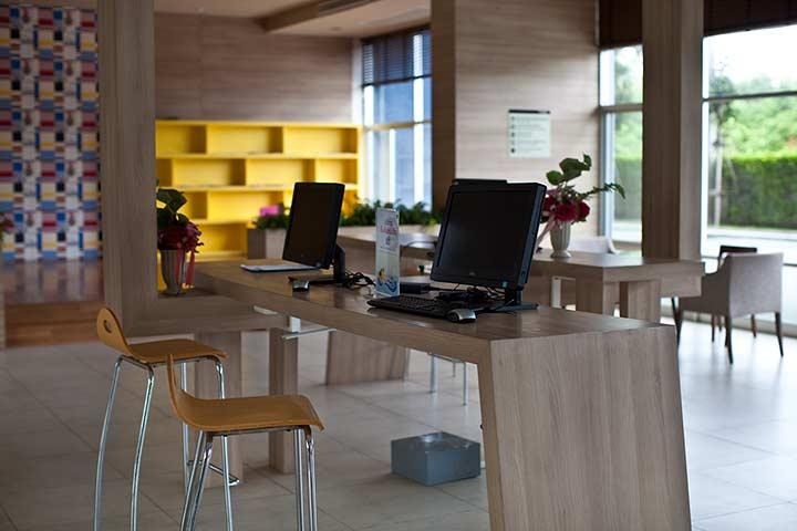 компьютерная комната в Люмпини Джомтьен фото