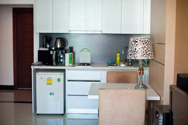 кухня и часть гостиной в Парадйз кондо