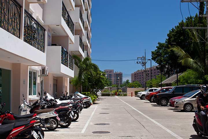 На заднем плане видны здания Атлантис кондо. На фото часть парковки Парадайз парк