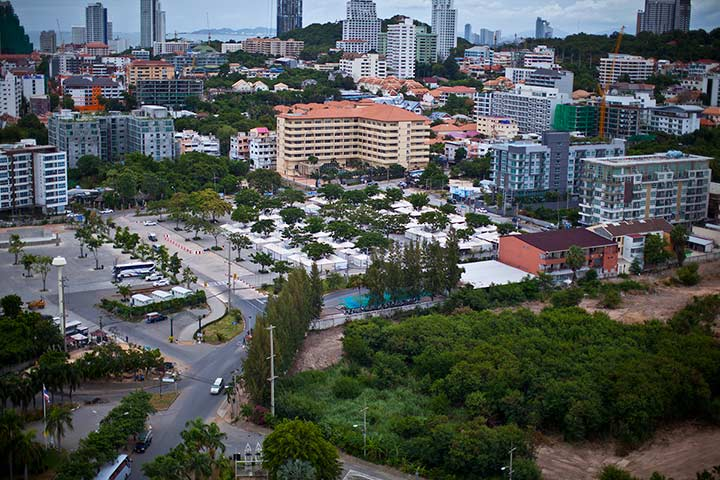 рынок Паттайя Парка днем. Скопище палаток в центре фото