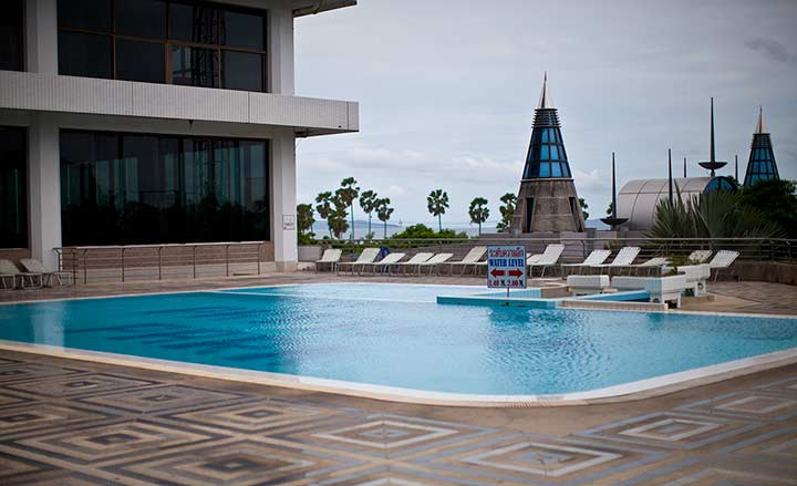 бассейн в корпусе с башней Паттайя Парк