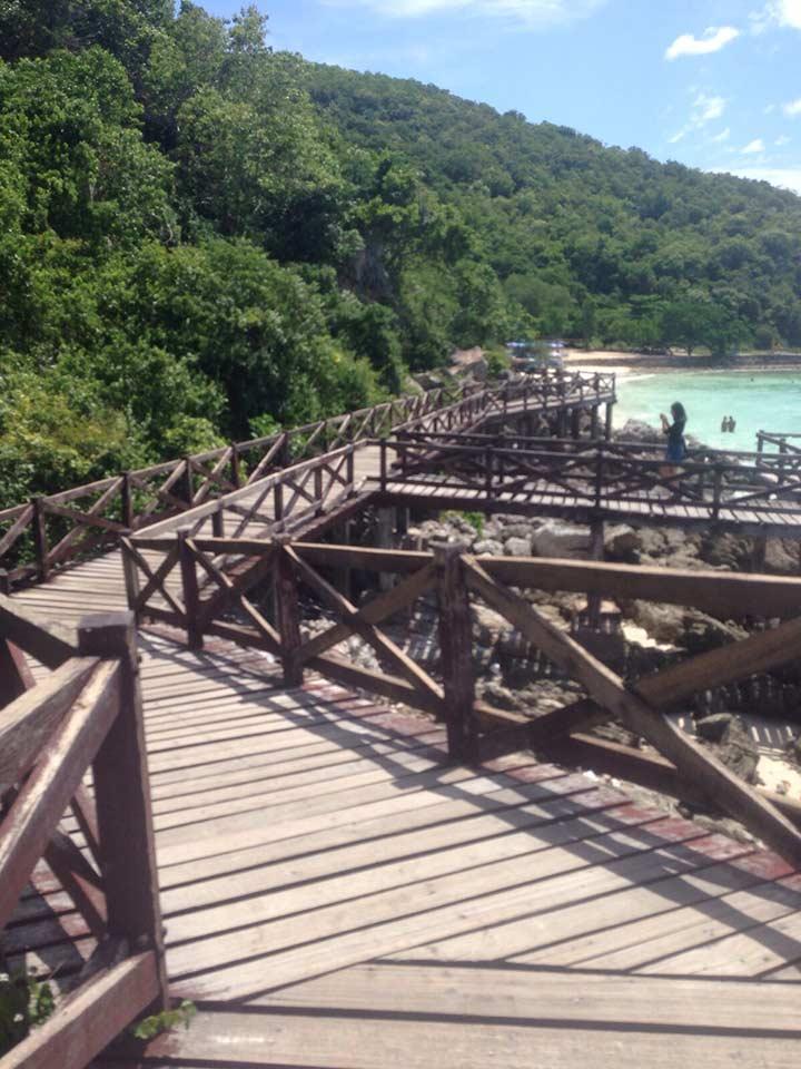 проход с пирса к пляжу Сангван на Ко Лане