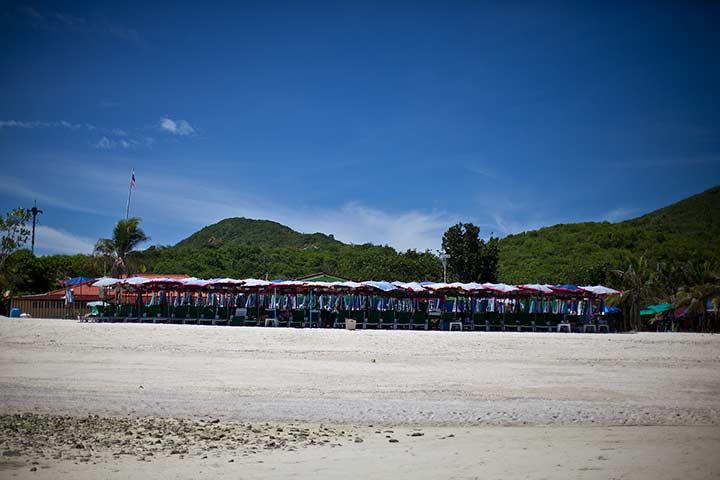 фото пляжа Ко Лана - Саме - как видите, народу вообще нет. Фото сделано летом, в выходной день
