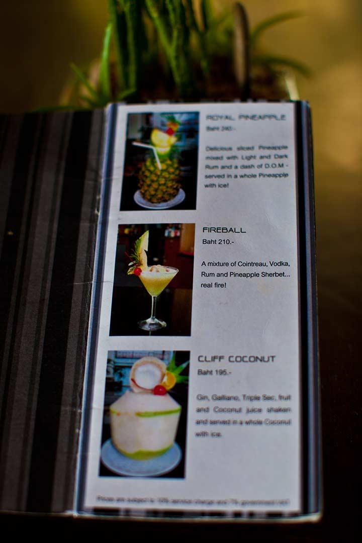 два моих любимых коктейля на фото - клифф коконат и роял пайнэпл